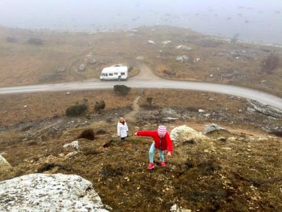 Towe på väg uppför stort berg vid Hoburgen