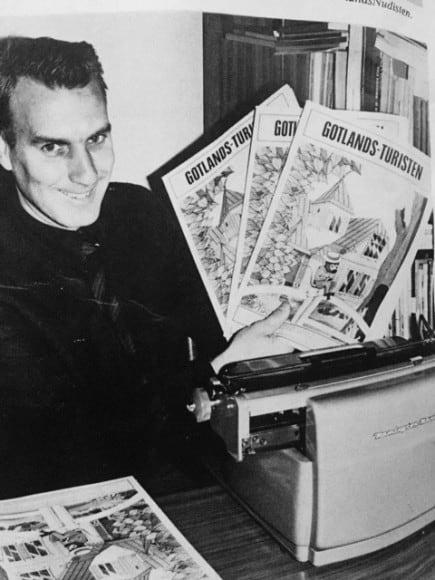 Lars Gunnar Werkelin med ett av de första numren av Gotlandsturisten. Då var han fortfarande lärare på heltid och tidnings- och reklamgubbe på deltid.