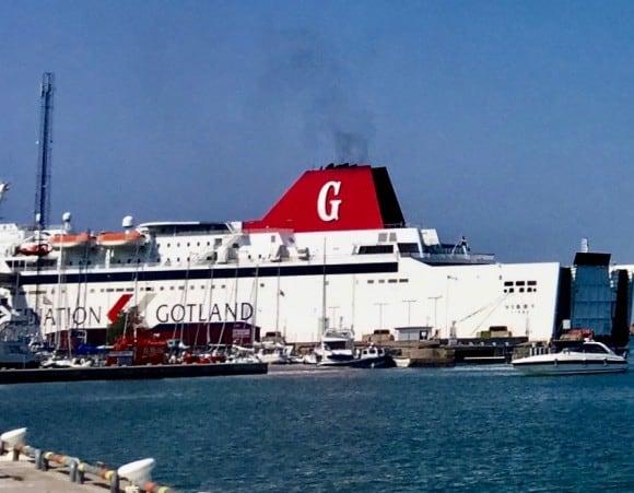 Den välbekanta röda skorstenen på Rederi AB Gotlands båtar