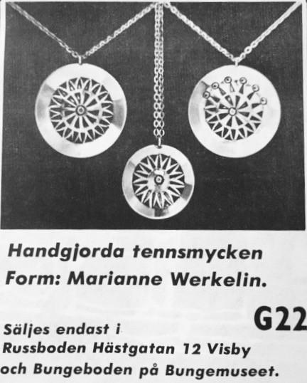 Tennsmycken som Mamma startade tillverkning av i början av 60-talet och som hon fortsatte att tillverka själv in på 70-talet. Handarbete som rakt igenom var hennes design till. Smyckena var halsband, armband, ringar, broscher men hon tillverkade också ljusstakar och stora fat. Allt i tenn. Design och tillverkning: Marianne Werkelin