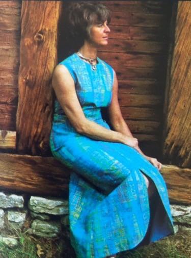 Här sitter mamma som modell i sin egen designade klänning. Annonsen är från 60-talet med pappa som fotograf. Hennes varumärke var Ateljé Stux. Marianne skötte också tillverkning och försäljning. Hon borde resa land och rike runt och föreläsa för andra kvinnor hur man genomför sin dröm.