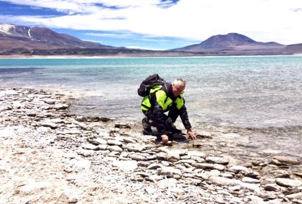 En sjö på höghöjdsplatån en bit över 4000 m. Här var det tänkt att vi skulle bada. Men det var +3 grader så badet ställdes in.