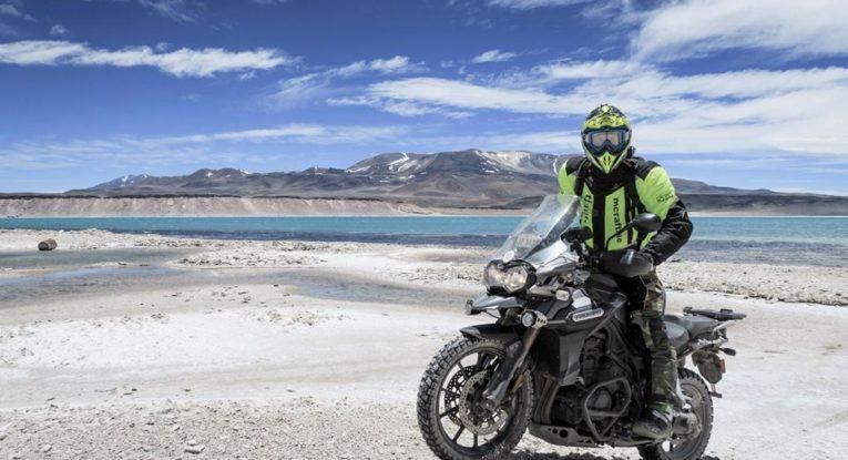 En höghöjdsplatå på ca 4000 meter med en sjö som var turkosblå och höll ca 3 grader. Badbyxor skulle med, men ingen var sugen.