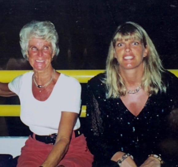 Två starka kvinnor som tyvärr båda har lämnat oss och befinner sig på andra sidan. Jag hoppas att Ulrika nu tar hand om mamma Marianne och ser till att de får fönsterbord i baren.