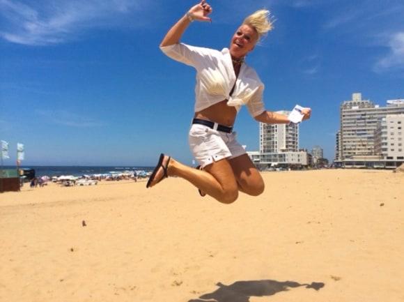 Monika glädjehoppar på Copacabana
